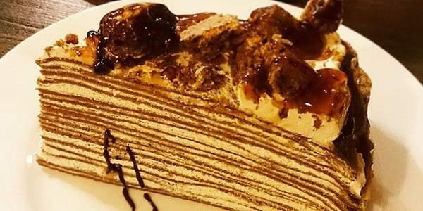 Блинный шоколадный торт со сметанным кремом и какао