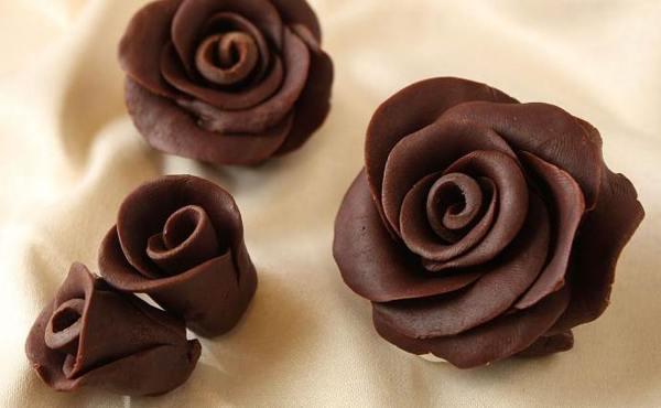 пластичный шоколад в виде розы