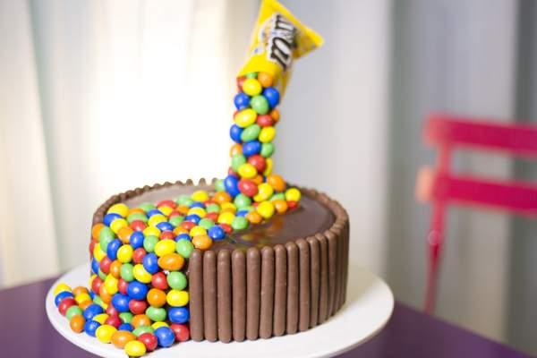 Торт с конфетами «M&M»