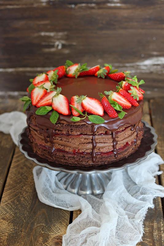 Шоколадный торт с клубникой