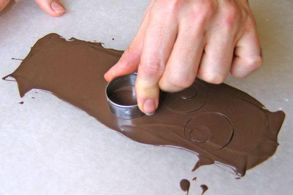Вырезание (выдавливание) фигурок из шоколада