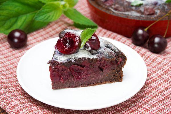 Шоколадно-вишневый пирог на кефире