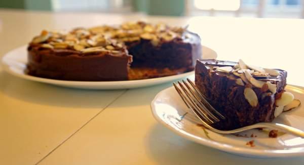 Шоколадный пирог с миндалем в мультиварке