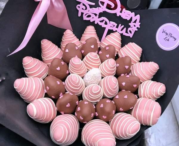Клубника в розовом шоколаде