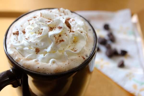 Жидкий шоколад с цедрой и взбитыми сливками